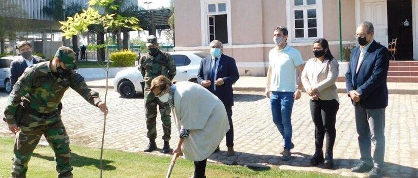 La intendente Fuentes y el jefe de gendarmería local plantaron árboles en una iniciativa que se ha extendido por América Latina